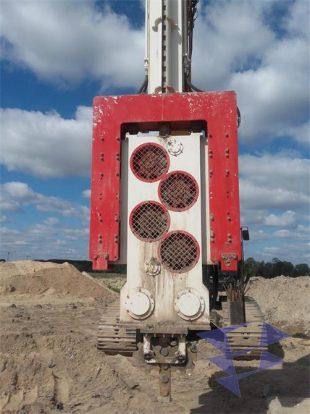 Оборудование для вертикального дренажа модели WD 28-43. Иллюстрация экскаватора поднимающего установку.